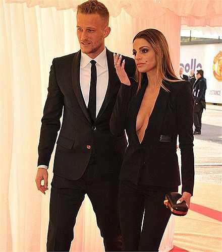 Misse Beqiri, bà xã thủ môn Anders Lindegaard tự tin không mặc áo lót tới dự lễ tổng kết mùa giải của MU hôm qua.