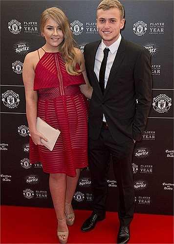 Tiền đạo trẻ James Wilson đưa bạn gái đi dự tiệc.