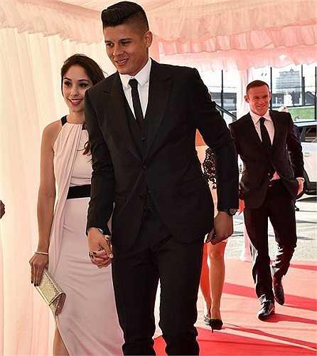 Marcos Rojo tay nắm tay bạn gái Eugenia