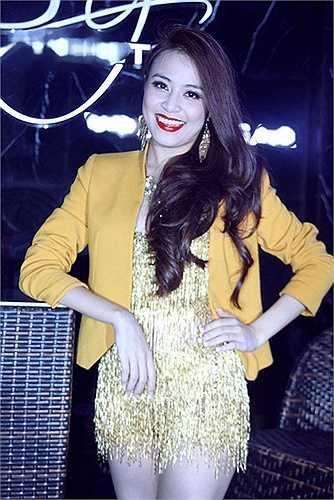 Không khó để nhận ra, trong những dịp gần đây, xuất hiện trên sân khấu, Hoàng Thùy Linh đều chọn diện kiểu đầm sexy với độ ngắn và hở táo bạo.