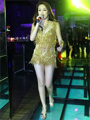 Là một trong những ca sĩ được mời đi diễn bar nhiều nên kiểu trang phục như thế này được Hoàng Thùy Linh ưa thích.