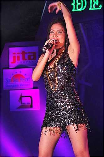 Những chiếc váy Hoàng Thùy Linh lựa chọn thường là váy sequin ngắn lấp lánh, có thêm nhiều tua rua.