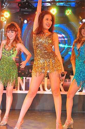 Chọn dòng nhạc dance để theo đuổi nên loại trang phục như  thế này rất được Hoàng Thùy Linh trọng dụng.