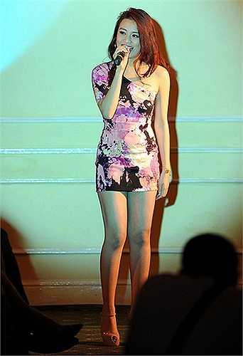 Cô luôn trở thành tâm điểm chú ý khi đứng trên sân khấu.