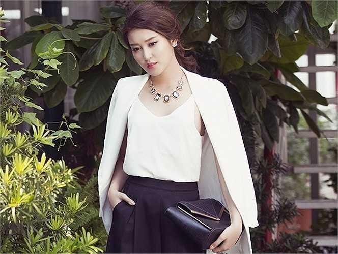 Bởi lẽ trước khi lên ngôi Á hậu, cô từng là người mẫu đoạt giải Siêu mẫu Ăn ảnh tại cuộc thi Siêu mẫu Châu Á.