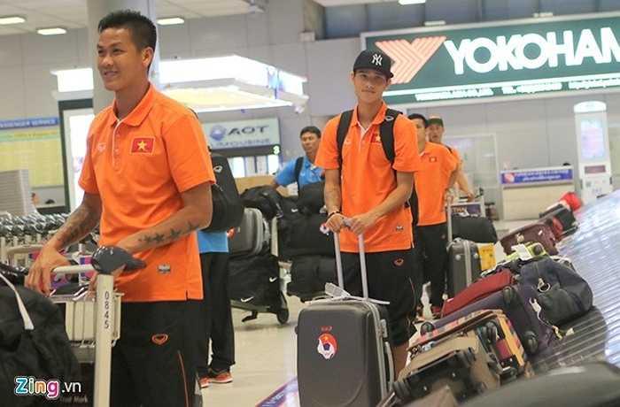 Các tuyển thủ Việt Nam đã đến sân bay Suvarnabhumi (Bangkok, Thái Lan) lúc 13h ngày 21/5. Thủ môn Lê Văn Hưng (trái) và đồng đội nhanh chóng lấy hành lý về khách sạn. Anh được HLV Miura bổ sung vào danh sách đội tuyển thay Nguyên Mạnh bị chấn thương dây chằng đầu gối