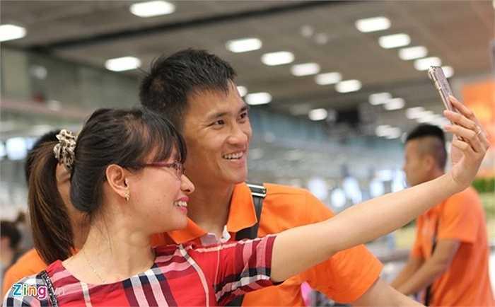 Sân bay lúc này khá đông người Việt Nam đi du lịch. Một nữ du khách đã níu kéo Công Vinh nán lại xin chụp kiểu ảnh chung.