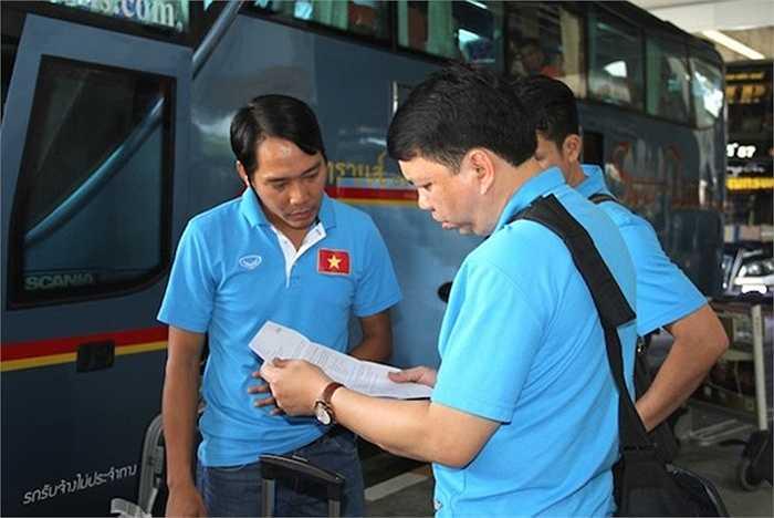 Trợ lý ngôn ngữ Tuấn Vinh và ông Lê Hoài Anh 'nghiên cứu' giấy giới thiệu của truyền thông Thái Lan