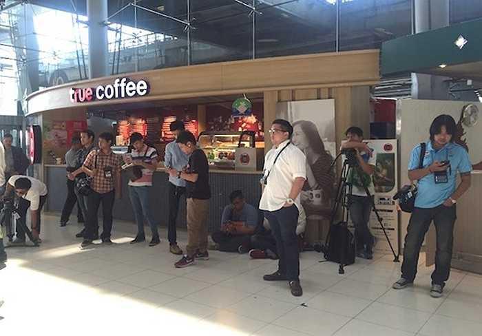 Giới truyền thông Thái Lan có mặt ở sân bay chờ thầy trò HLV Miura (Ảnh: Zing, TNO)