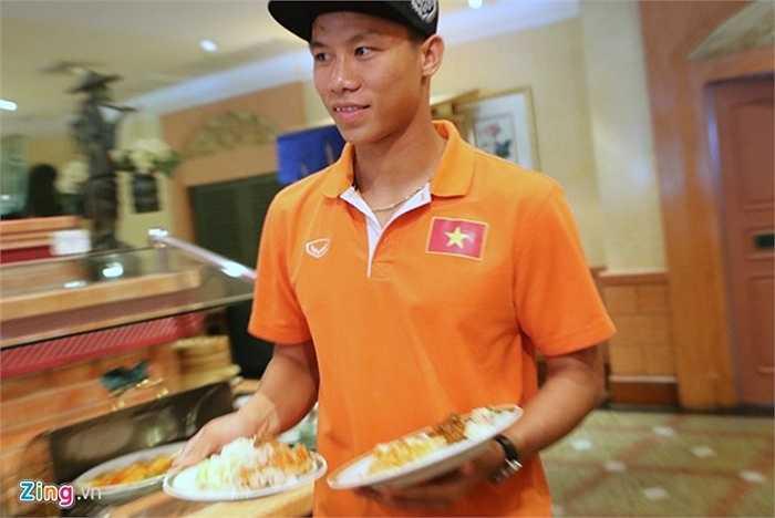 Toàn đội về tới khách sạn 4 sao đã được Liên đoàn bóng đá Thái Lan bố trí. Ngay lập tức, ban huấn luyện yêu cầu các tuyển thủ nhanh chóng dùng bữa để kịp ra sân tập vào 16h30 cùng ngày.