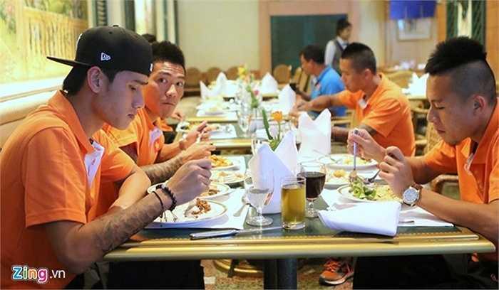 Quang Hải và các đồng đội ăn vội bữa buffet ngay tại khách sạn. 16h30 chiều nay, ĐT Việt Nam sẽ có buổi tập đầu tiên trên sân vận động Royal Thai Army. Từ khách sạn tới sân tập khoảng 40 phút ôtô.