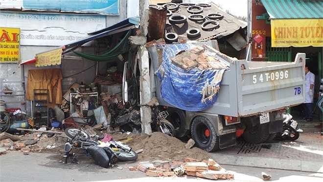 Vụ xe ben đâm nhà dân xảy ra lúc 9h30 ngày 21/5 tại ngôi nhà trên đường Tùng Thiện Vương, cạnh chân cầu Nhị Thiên Đường, phường 12, quận 8, TP HCM. Thông tin tại hiện trường, vụ tai nạn chôn vùi nhiều người bên trong đống đổ nát.