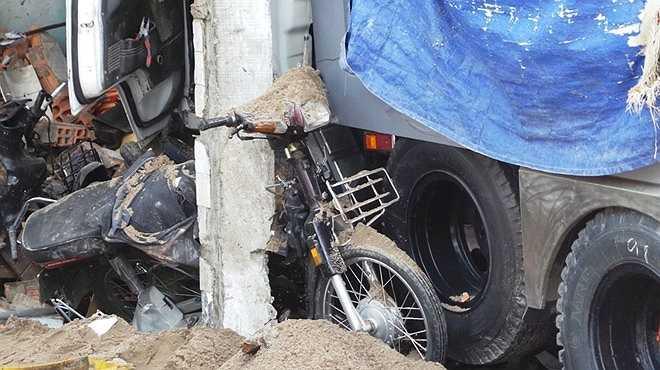Hàng chục xe máy bên trong bị cán bẹp. Nhân chứng cho biết, một phụ nữ văng ra xa, bị thương nặng đã được đưa đi cấp cứu. Nhiều nạn nhân bị kẹt lại phía trong nhà.