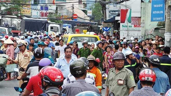 Khu vực chân cầu Nhị Thiên Đường hỗn loạn vì vụ việc, hàng trăm người hiếu kỳ tập trung theo dõi.