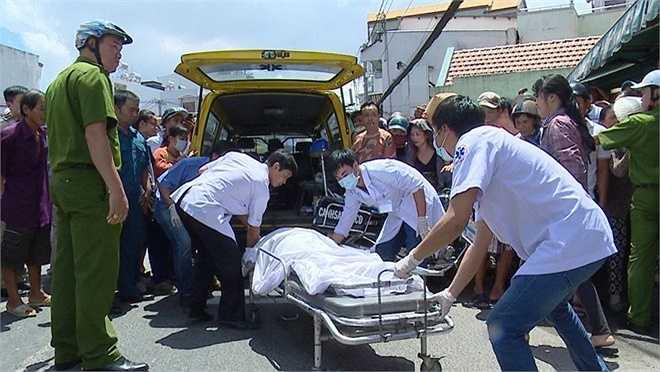 Lúc 11h, lực lượng chức năng đưa ra 2 thi thể nạn nhân ra ngoài. Công tác tìm kiếm, cứu hộ vẫn rất khẩn trương.