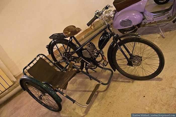 Một chiếc xe sidecar thuở sơ khai trông như thế này, đó là một chiếc Mobilett gắn thêm ghế bên hông trông giản đơn nhưng ở đầu thế kỷ 20, nó là một kiệt tác cơ khí.