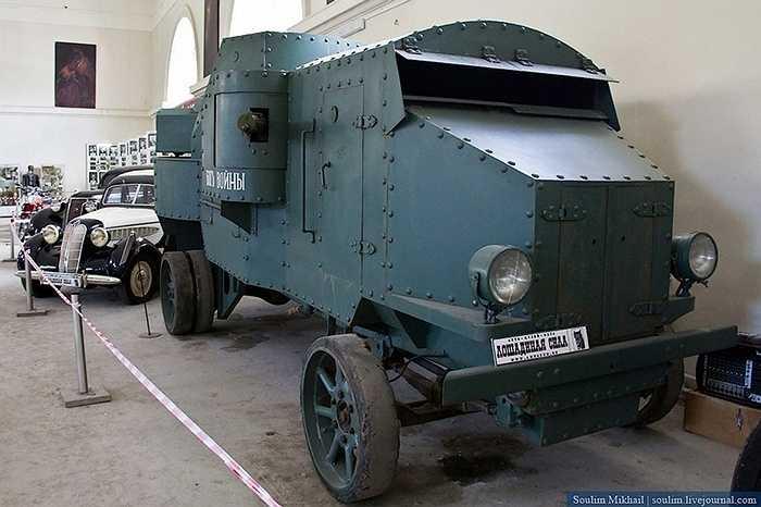 Xe thiết giáp trong thế chiến I, thực chất là một chiếc lô cốt di động vì nó không có khả năng tự hành mà phải có phương tiện kéo nó ra trận địa.