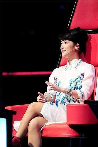 """Thời trang của Hồng Nhung khi ngồi trên """"ghế nóng"""" của The Voice 2014 thường xuyên được cánh báo chí đem ra mổ xẻ. Ở độ tuổi tứ tuần, cô Bống khi thì diện trang phục nhí nhảnh rồi thoắt cái lại trở nên rất nóng bỏng, mặn mà."""