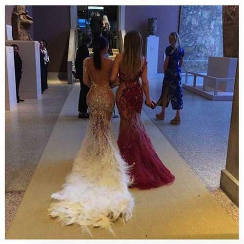 Kim Kardashian nổi tiếng về những bức ảnh khoe vòng ba siêu 'khủng', tuy nhiên không chỉ mình cô mà mẹ và các chị em gái đều là những tay 'cừ khôi' trong việc khoe đường cong cơ thể.