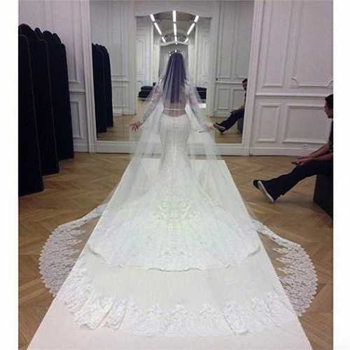 Trong bộ váy cưới màu trắng, vòng eo thon và vòng ba 'khủng' của cô được khoe khéo léo.