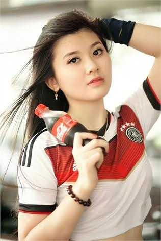 Hiện tại cô bạn đang là bí thư lớp 3917, ĐH Luật Hà Nội. Ngoài ra, Huyền Trang cũng là thành viên của CLB tình nguyện sinh viên Luật.