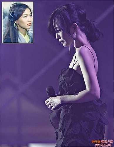 Năm 2001, sau khi công ty Anh Hoàng tái cơ cấu, Triệu Học bị sa thải, cuộc sống trở nên bấp bênh khiến cô phải làm nhiều nghề để kiếm sống. Triệu Học thậm chí còn phải vào quán bar hát với thù lao ít ỏi, nhưng cô vẫn phải làm để trả tiền thuê nhà.