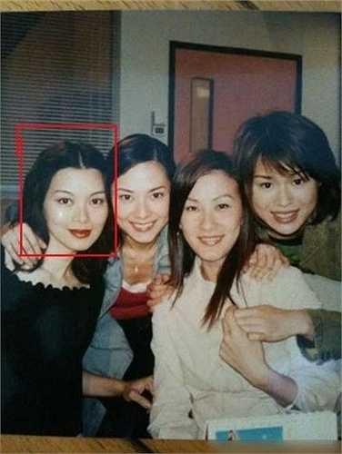 Trong bức hình mới đây nhất Lưu Cẩm Linh (trái) chụp chung cùng bạn bè, cô vẫn giữ vẻ đẹp trẻ trung dù đã bước vào độ tuổi U50. Nữ diễn viên làm nghề bán bảo hiểm, dù bạn bè ít hơn nhưng cô cảm thấy hài lòng với cuộc sống hiện tại.