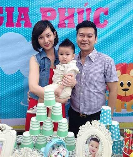 Đến tháng 8/2012, Quỳnh Chi sinh quý tử cho gia đình đại gia Diệu Hiền. Từ khi lấy chồng và sinh con, người đẹp sinh năm 1990 gần như biến mất khỏi showbiz, tập trung chăm lo cho gia đình nhỏ.