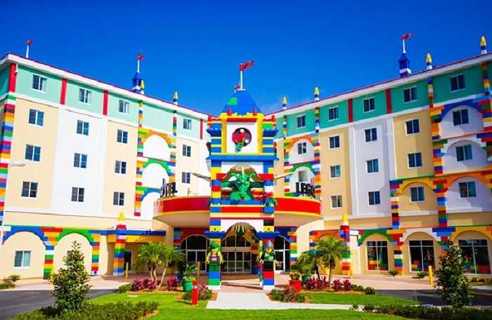 Ấn tượng đầu tiên đối với du khách chính là màu sắc rực rỡ và sống động của vô số khối xếp hình trang trí bên ngoài khách sạn. Nằm ở khu Winter Haven, bang Florida, Mỹ, khách sạn Legoland cực kỳ hút khách.