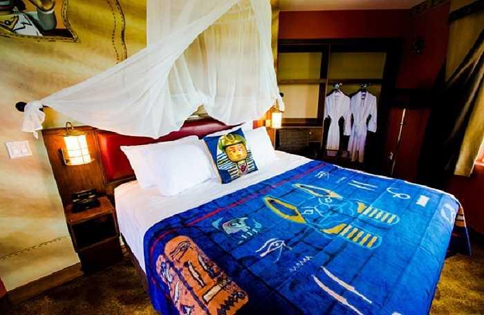 Gồm 152 phòng, khách sạn luôn nổi bật với những gam màu tươi rói và dĩ nhiên là không thể thiếu các khối xếp hình đã đi vào huyền thoại.