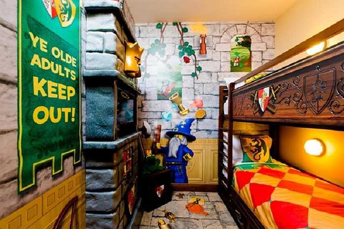 Mạnh mẽ và bí ẩn là phong cách toát lên từ phòng ngủ dành cho các bé trai.