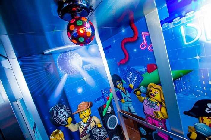 Điều đặc biệt thú vị ở khách sạn Legoland là các vị khách có thể cùng tham gia tìm kho báu sau khi trải qua hành trình tìm và giải câu đố mà khách sạn đã đem giấu đi tại nhiều nơi.