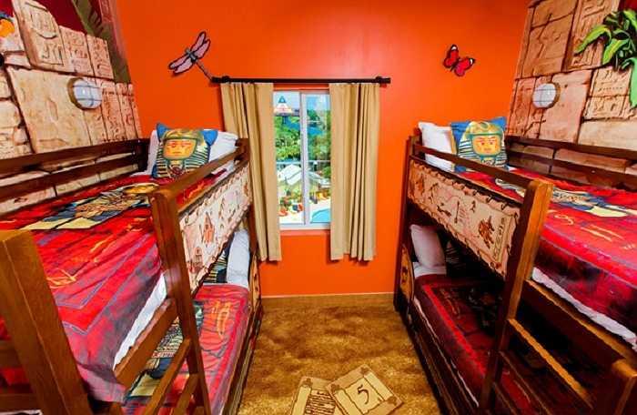 Những chiếc giường tầng trong phòng khách sạn sẽ là nơi được trẻ em mê tít nếu bố mẹ chúng quyết định nghỉ lại đây.