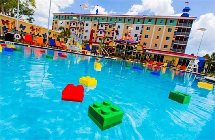 Ngay cả đến bể bơi cũng mang đặc trưng Lego – những khối xếp hình đủ màu sắc trôi bồng bềnh trên mặt nước.