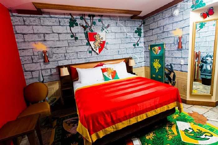 Giường ngủ loại lớn dành cho các vị khách là cha mẹ.