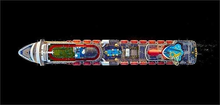 Con tàu Carnival Sensation. Ngoài bộ ảnh này, Jeffrey Milstein còn nổi tiếng từ trước với bộ ảnh chụp bụng máy bay nhìn từ mặt đất – dự án anh thực hiện trong 15 năm - và bộ ảnh chụp sân bay cũng từ trên cao.