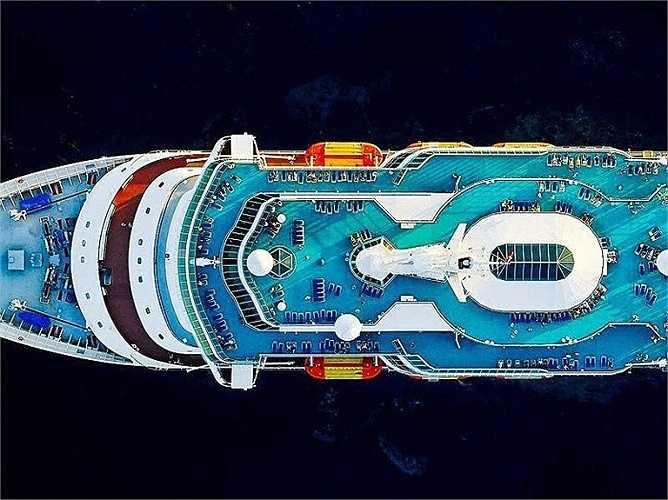 Tàu Royal Caribbean Majesty of the Seas nhìn cận cảnh. Từ độ cao 275m đến 427m, Milstein chụp ảnh các con tàu du lịch hạng sang từ ghế hành khách của một chiếc trực thăng khi nó bay qua boong tàu.