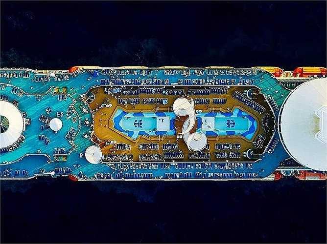 Những thiết kế trên boong tàu Royal Caribbean Majesty of the Seas nhìn từ trên cao vô cùng phức tạp, như thể cấu trúc của một thành phố chứ không đơn thuần là một cỗ máy di chuyển trên mặt nước.