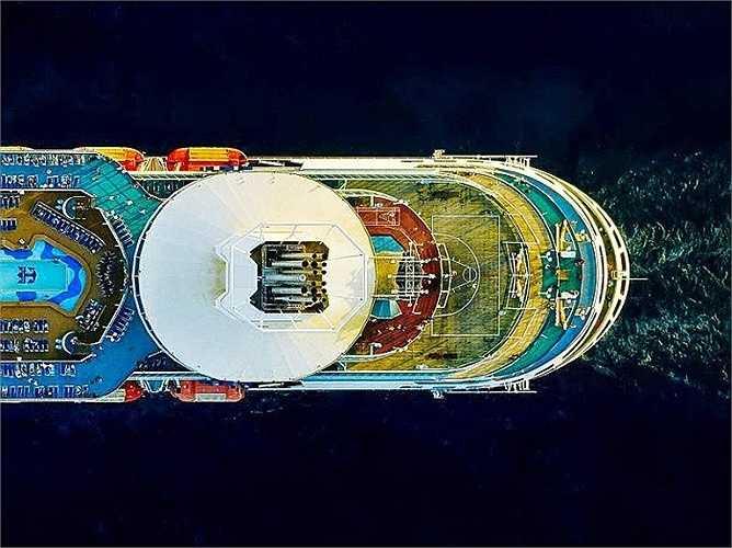 Milstein chỉ chụp một tấm duy nhất mỗi lần trực thăng bay ngang qua tàu và trong vòng một giờ đồng hồ, anh chỉ có 2-3 cơ hội đó. Trong hình là phần đuôi tàu Royal Caribbean Majesty of the Seas.