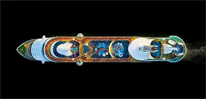 Để chụp được những bức ảnh tàu du lịch siêu sang đẹp như chiếc Royal Caribbean Freedom of the Seas này từ trên cao, Milstein phải sử dụng máy ảnh chuyên dụng có khả năng xử lý rung cực cao.