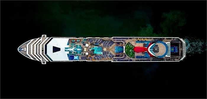 Ảnh chụp tàu du lịch siêu sang của Milstein có độ nét rất cao. Nếu phóng to ra, có thể ngắm gần như mọi chi tiết trên boong tàu, như ghế nghỉ, sân golf, sàn nhảy, bể bơi…