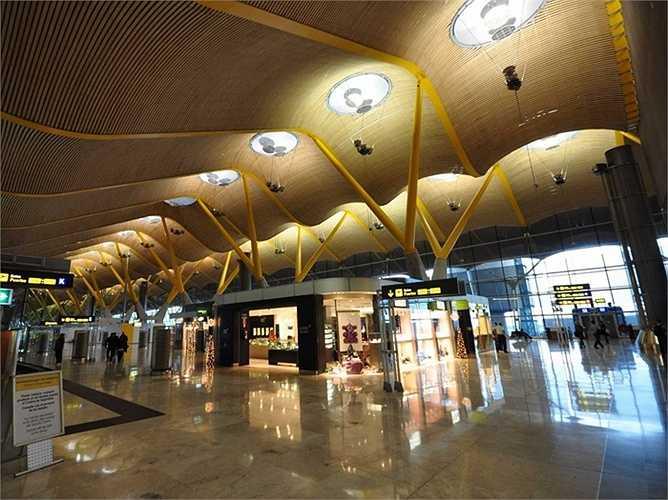 Sân bay Madrid-Barajas: Hành khách mỗi năm 39,7 triệu lượt. MAD là một trong những sân bay đông đúc nhất thế giới và nổi tiếng bởi thiết kế vô cùng độc đáo của Tây Ban Nha