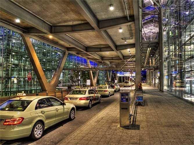 Sân bay Cologne Bonn. Hành khách mỗi năm: 9,1 triệu lượt. Sân bay này không cách xa thành phố Cologne, Đức (15km) và được coi là một điểm trung chuyển lớn của 'gã khổng lồ' Germanwings
