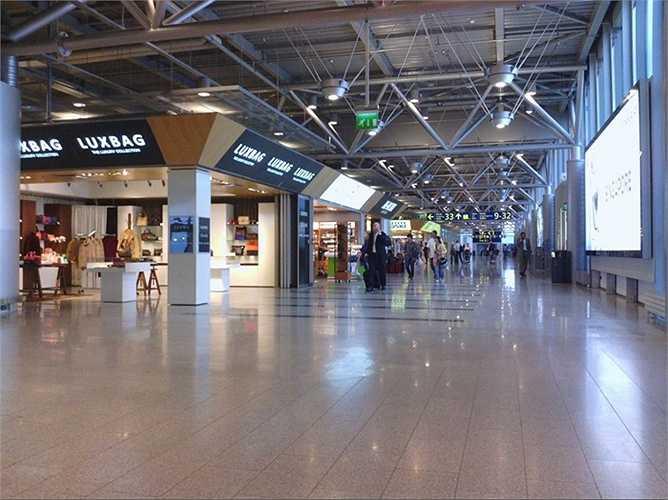 Sân bay Helsinki. Hành khách mỗi năm 15,3 triệu lượt. Việc trở thành điểm trung chuyển lớn nhất của hãng máy bay Na-uy Nowegian Air Shuttle đã giúp cho sân bay Helsinki trở nên vô cùng nhộn nhịp, đông đúc