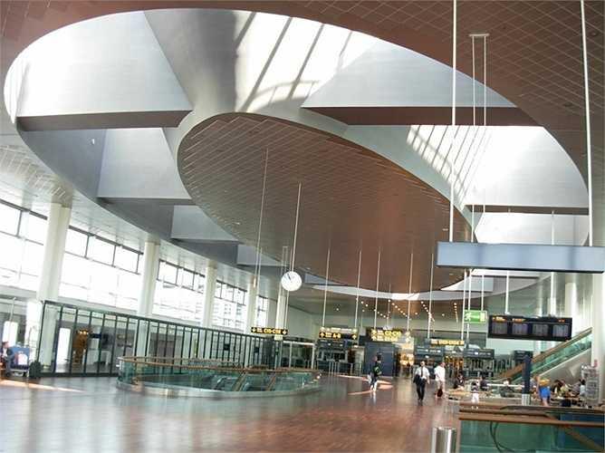 Sân bay Copenhagen. Hành khách mỗi năm 24,1 triệu lượt. Sân bay của Đan Mạch được các hành khách đã từng đến đánh giá rất cao với việc các biển chỉ dẫn rõ ràng, hiệu quả, tuy nhiên, điểm trừ là luôn đông đúc và chật chội.