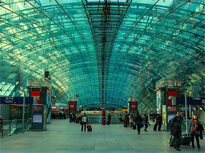 Sân bay Frankfrurt. Hành khách mỗi năm 58 triệu lượt. Sân bay Frankfurt là sân bay đông đúc thứ ba tại châu Âu và là 'căn cứ' hoàn hảo của 'gã khổng lồ' Lufthansa với đội bay gồm 270 chiếc