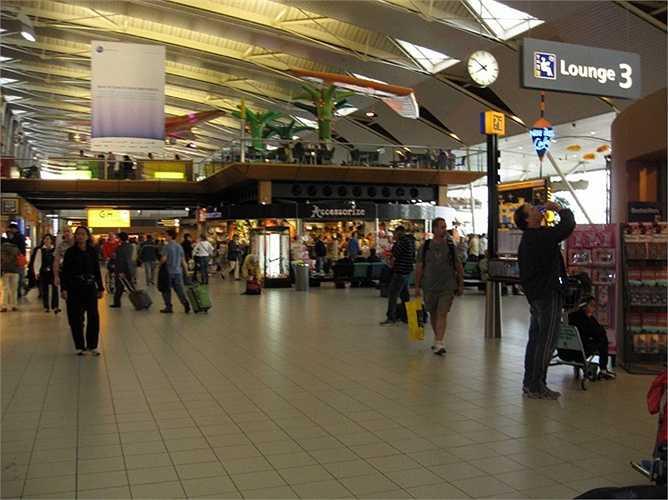 Sân bay Amsterdam Schiphol. Hành khách mỗi năm: 52, 6 triệu lượt. Năm 2016, sân bay Schiphol sẽ kỷ niệm năm thứ 100 hoạt động và trở thành một trong những sân bay lâu đời nhất thế giới
