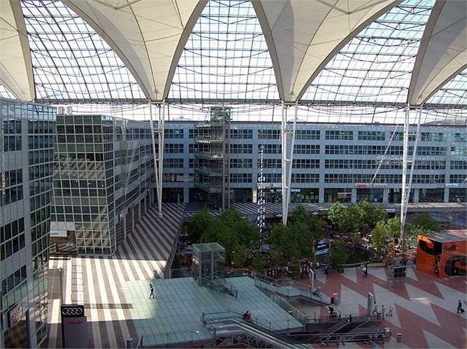 Sân bay Munich.  Hành khách mỗi năm: 38,7 triệu lượt. Mặc dù không có quá nhiều khách du lịch so với Heathrow hay Schiphol nhưng với việc tận dụng sức hút từ các khu vực giải trí như sân golf mini, bảo tàng máy bay và nội thất tuyệt vời đã biến sân bay Munich thành sân bay tốt nhất châu Âu năm 2015
