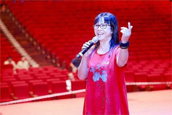 Khánh Ly cũng không bỏ một bài nào trong suốt buổi tập của bà, và bà cũng kiên trì, ngồi cổ vũ các ca sĩ còn lại trong các phần trình diễn của họ.