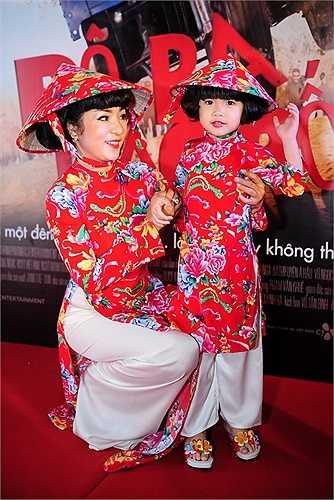 Tối 21/5, Thúy Nga và con gái Nguyệt Cát xuất hiện ton sur ton từ trang phục tới kiểu tóc. Đây là lần hiếm hoi nữ diễn viên đưa con gái 4 tuổi tham dự sự kiện tổ chức tại Việt Nam.